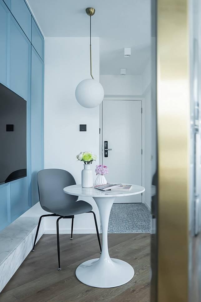 雲石面的圓形餐桌,配以垂吊式設計的金屬柄燈飾,為飯廳添上歐洲貴氣風格。(受訪者提供)