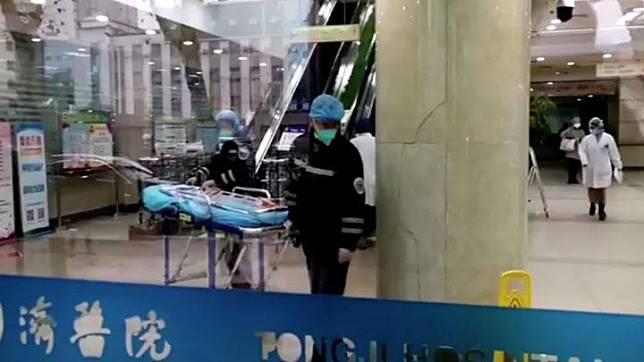 Sejumlah petugas menggunakan yang memakai topeng saat bekerja di sebuah rumah sakit di Wuhan, provinsi Hubei, China 22 Januari 2020. Buletin Sains China merilis bahwa kelelawar buah diduga sebagai pembawa virus corona dan sup kelelawar yang terkenal di kota Wuhan. China News Service/via REUTERS TV.
