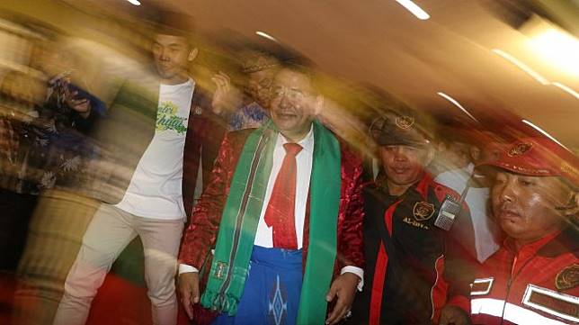 Pengacara Hotman Paris Hutapea (ke dua kiri) meninggalkan podium usai menjadi narasumber di acara 'Hotman Paris Showan Pesantren' di pondok pesantren Lirboyo, Kota Kediri, Jawa Timur, Senin (15/7). [ANTARA FOTO/Prasetia Fauzani]