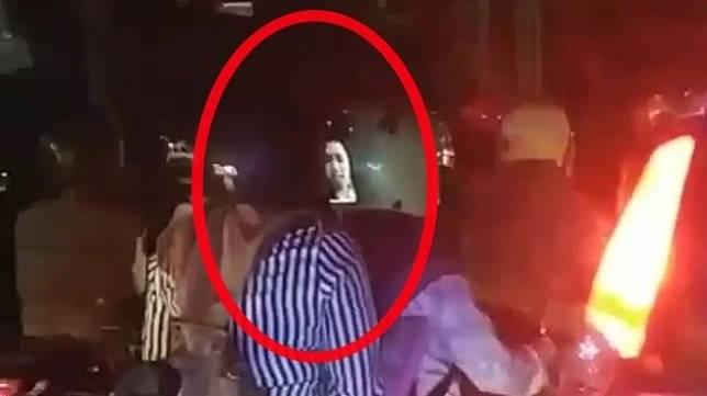 Pembonceng Wanita Video Call di Atas Motor. (Instagram/agoez_bandz4)