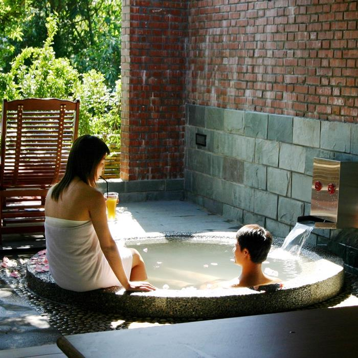 本湯屋渡假村位於新竹縣尖石鄉嘉樂村,全村依山勢而建,與大自然完全溶為一體,可謂深山中的香格里拉。 園區內每間客房均有各自獨立的門戶,是泡湯、住宿的優質私密空間。並有專屬的客房景觀,完全不受干擾。 標準