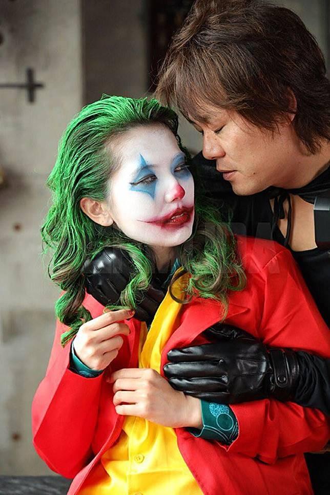 穿上黑色蝙蝠裝的男主角,攬實AV版小丑肉搏。