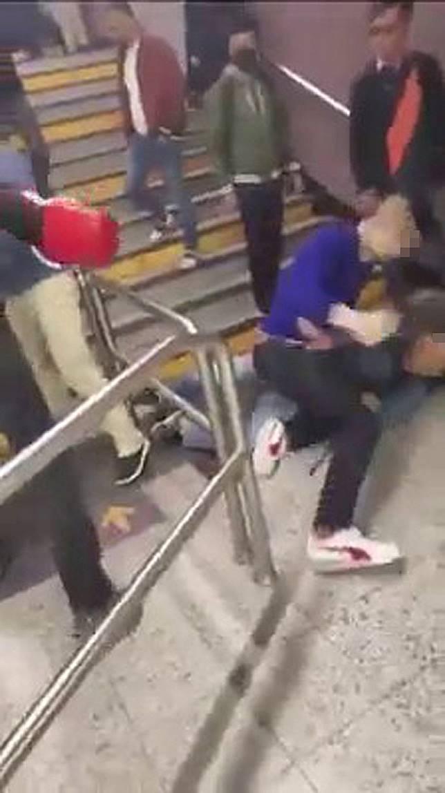 洋漢將警員推跌地上。