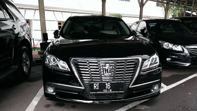 Mobil dinas Toyota Crown Royal Salon