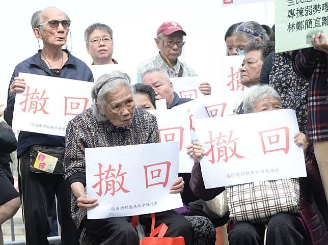有長者不滿政府收緊綜合援助年齡資格。