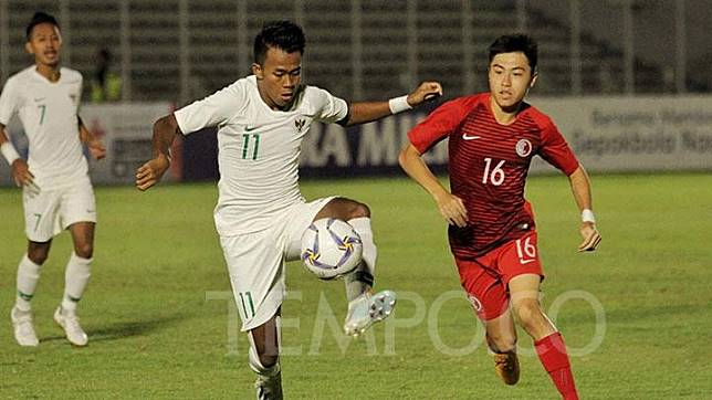 Pemain Timnas U-19 Indonesia, Mochammad Supriadi (kiri). TEMPO/Hilman Fathurrahman W
