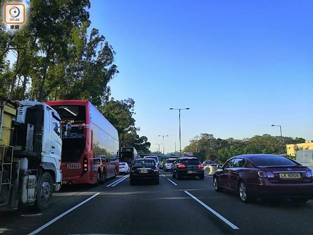 現場交通受阻。(趙瑞麟攝)