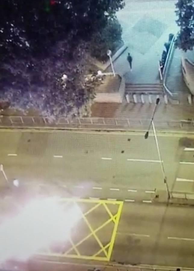 數個火球落在警署車閘外的馬路上,黑衣人轉身逃去。