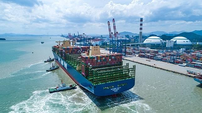 เรือบรรทุกตู้คอนเทนเนอร์ 'ใหญ่ที่สุดในโลก' เทียบท่าที่เซี่ยเหมิน