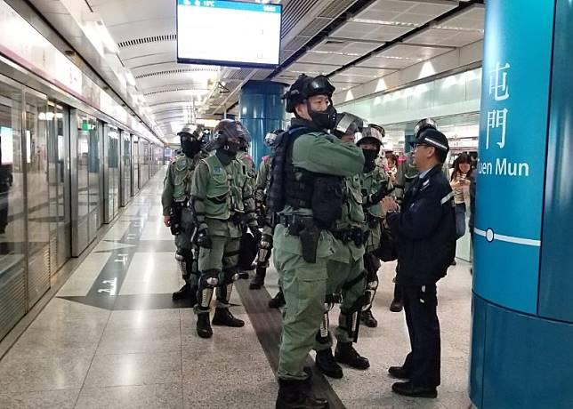 約10名防暴警在屯門站月台戒備。(胡德威攝)
