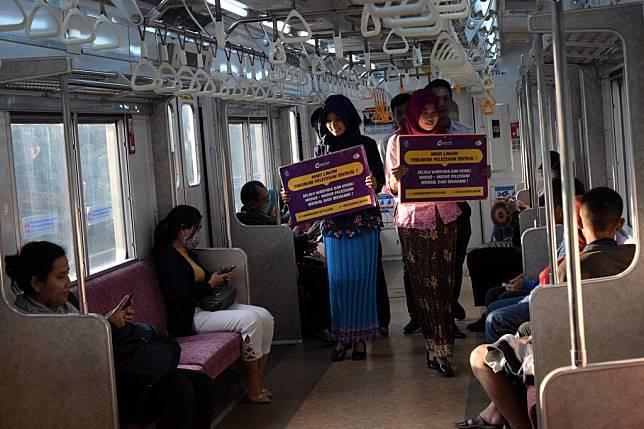 Petugas KRL dengan pakaian kebaya memberikan himbauan tertulis kepada para pengguna KRL untuk ikut serta mencegah pelecehan seksual di dalam KRL, Jakarta, Jumat (20/4/2018). tirto.id/Andrey Gromico