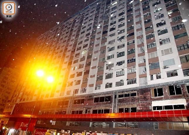 送院的6名男子在寶寧大廈一劏房居住。(楊日權攝)