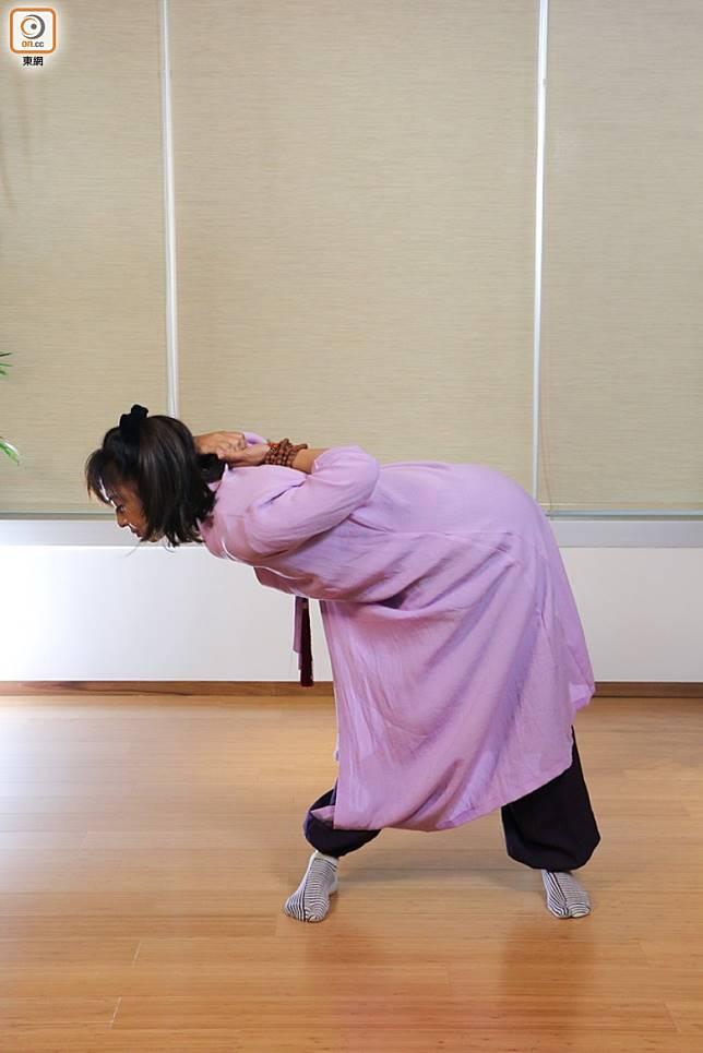 再吸氣轉向上返回向下望,另一邊重複動作。緊記膊頭保持放鬆,不要收緊縮膊,完成後解開雙手,放鬆膊頭。(張錦昌攝)