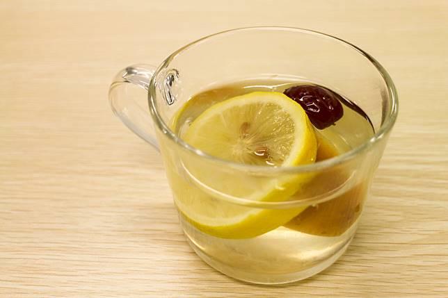 只需稍稍等待,就可以飲到清甜的蘋果檸檬水了。