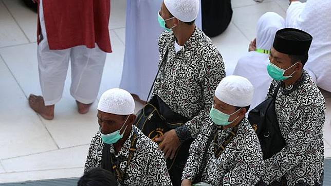 Umat Muslim mengenakan masker saat menjalankan ibadah umrah di Mekah, Arab Saudi, 27 Februari 2020. Menurut peta penyebaran virus Corona hingga 27 Februari 2020, tidak ditemukan kasus virus Corona di Arab Saudi. REUTERS/Ganoo Essa