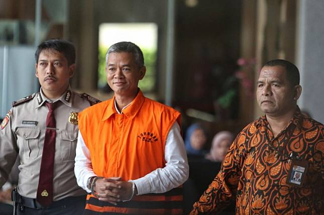 Suspended General Elections Commission (KPU) commissioner Wahyu Setiawan (center) is accused of asking for Rp 900 million (US$65,948) in bribes from Indonesian Democratic Party of Struggle (PDI-P) politician Harun Masiku.