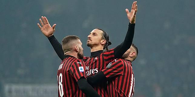 Bomber AC Milan, Zlatan Ibrahimovic merayakan golnya ke gawang Inter Milan. (c) AP Photo
