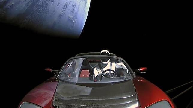 Mobil Tesla Roadster milik Elon Musk yang dikirim ke antariksa dengan roket Falcon Heavy sedang menuju orbit mengitari Mars. Kredit: SpaceX/YouTube