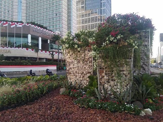 Dinas Kehutanan DKI memasang instalasi Gabion atau Bronjong di kawasan Bundaran Hotel Indonesia, Jakarta Pusat, 21 Agustus 2019. Instalasi Gabion menjadi pengganti Instalasi Getih Getah yang telah dirobohkan. TEMPO/Imam Hamdi