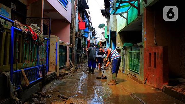 Usai Banjir, Warga Kampung Melayu Gelar Kerja Bakti