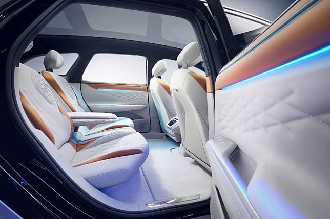 受惠於Volkswagen 最新研發的MEB模組化電動底盤,車廂空間感十足。車廂廣泛採用一種混合蘋果渣滓製成的AppleSkin可持續環保人造皮革包裹。(互聯網)