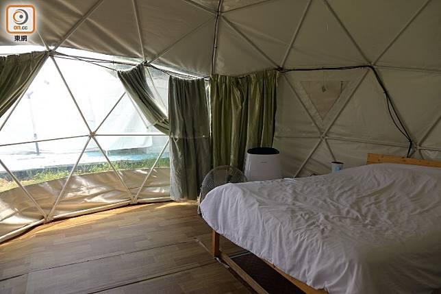 星空營帳篷部分位置採用透明設計,亦可以放下窗簾,既能享受浪漫夜景,又可以保障私隱。 (胡振文攝)