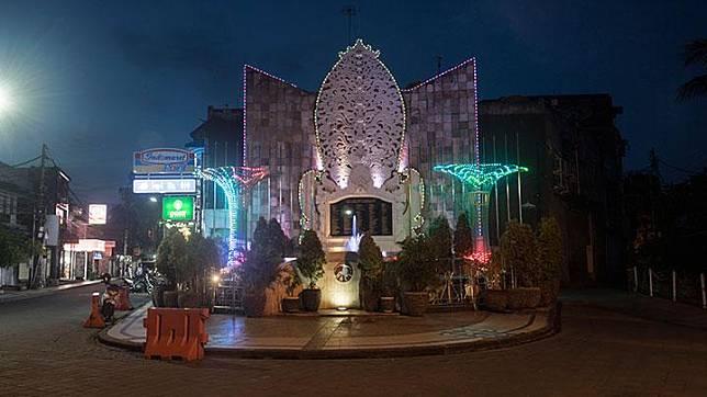 Suasana sepi di kawasan Monumen Bom Bali karena aktivitas wisata ditutup akibat dampak wabah COVID-19 di Legian, Kuta, Bali, Jumat, 17 April 2020. Provinsi Bali memutuskan masih memberlakukan pembatasan jarak sosial, jarak fisik bagi warga untuk mengurangi penyebaran wabah COVID-19 sehingga belum menerapkan PSBB seperti yang mulai diterapkan di sejumlah daerah. ANTARA/Nyoman Budhiana