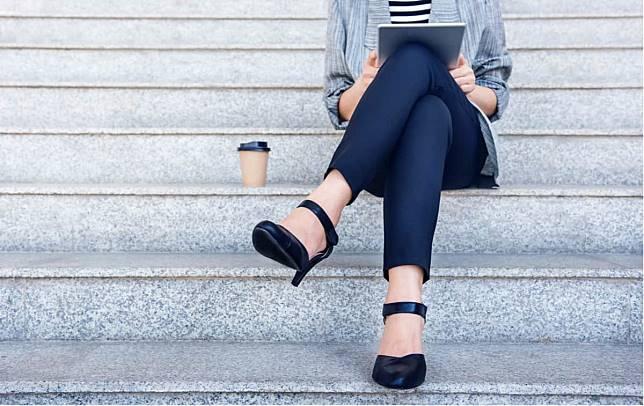 翹二郎腿使血壓高?翹腳對健康的影響