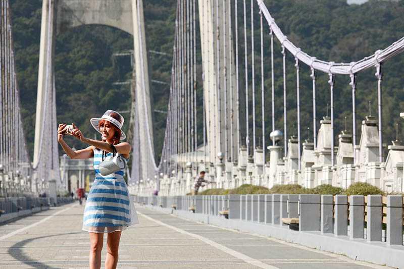 橫跨大漢溪的大溪橋造型優美,不少人來此拍照、欣賞風景。(圖/于魯光攝)