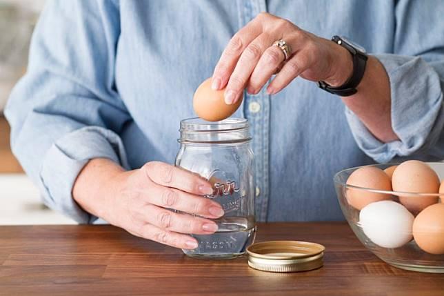 將雞蛋放在水中大力搖,殼碎蛋白依然滑。(互聯網)