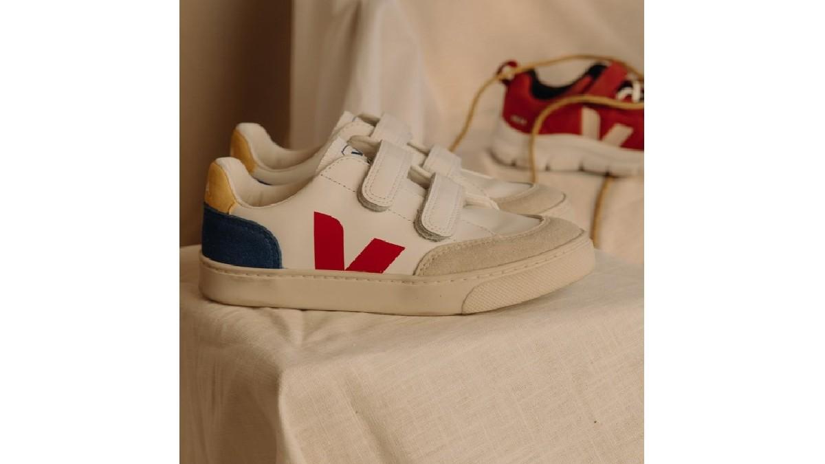 受到大人鞋款的啟發,以魔鬼氈結合經典設計更能穩定小孩的步伐與腳板,為適合小孩穿著的鞋款,讓小小孩出門也成為全街上的視覺焦點,打造獨一無二與眾不同的小童時尚,同時展現大人自身品味! 來自法國設計與巴西製
