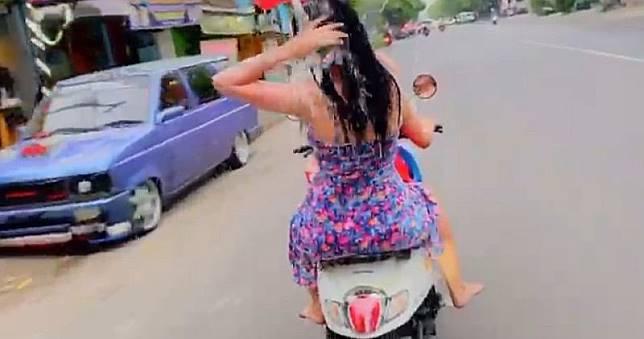 Diamankan Polisi, 2 Wanita yang Mandi Sambil Kendarai Motor Minta Maaf