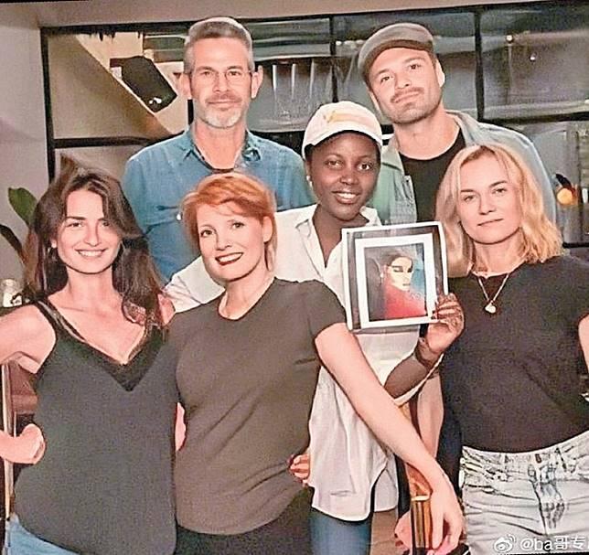 《355》7月開鏡時,范冰冰未能到場,四位女星手持她的照片拍「人齊」照。