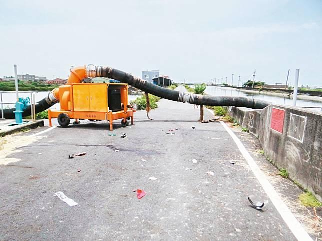 抽水機大水管橫亙在防汛道路上,疑沒有安全警示設施,致郭姓男子撞上送命。