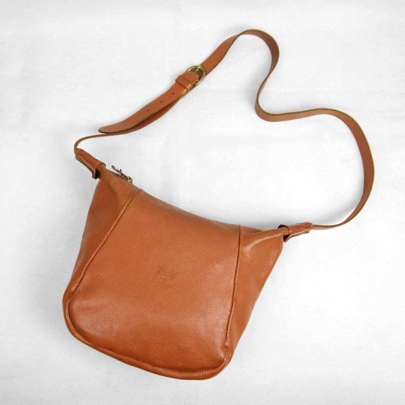 ●商品敘述: 拉鍊式,內無隔層,內裏有些許汙漬,有一個拉鍊內袋,五金零件 有使用痕跡,包包邊緣有些許磨損