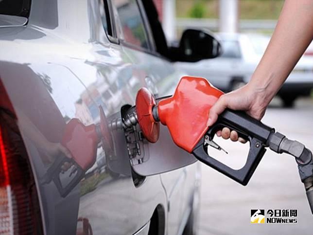 ▲根據中油浮動油價調整機制作業原則根據,預估下周汽、柴油價格各調降0.7、0.9元。(圖/NOWnews資料照)