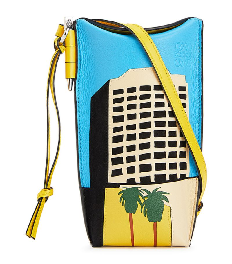 As of Autumn/Winter 2020, LOEWES Gate pocket bag is the latest addition to the labels coveted line - a collection defined by the iconic side-latched metallic pin and dangling leather pull. Designed in collaboration with Ken Price, this iteration boasts one of the artists iconic L.A. series graphicsm, while the clean lines, hand-painted edges and instantly recognisable Anagram motif complete the design with an elegant sign-off.