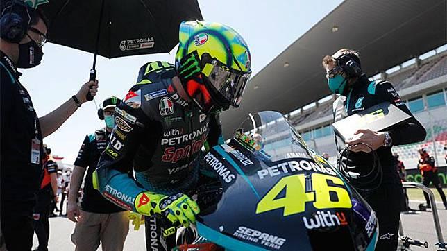 Pembalap Petronas Yamaha SRT, Valentino Rossi menaiki motor balapnya sebelum balapan MotoGP Portugal di Sirkuit Internasional Algarve, Portimao, Portugal, Ahad, 18 April 2021. REUTERS/Pedro Nunes