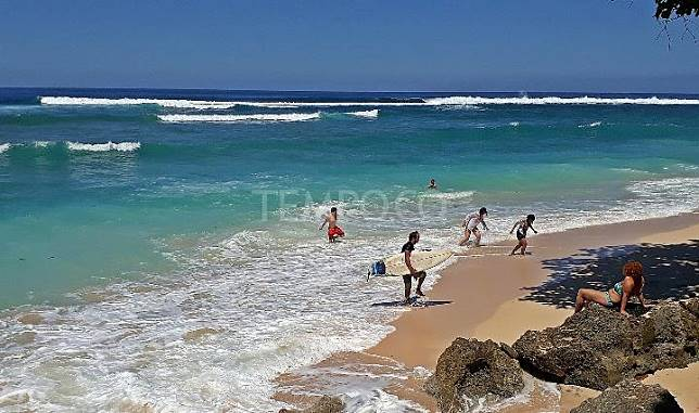Foreign tourists are surfing the Green Bowl Beach, Ungasan, South Kuta, Bali, Maret 2017. Tempo/Francisca Christy Rosana