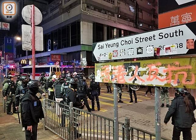 防暴警在山東街附近發現一名男子倒臥地面。(梁頴福攝)