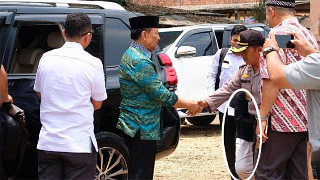 The perpetrator of a stabbing attempt (circled in white) stood behind the police before attacking the Coordinating Minister for Politics, Legal, and Security Wiranto at the Islamic dormitory school Mathla'ul Anwar, Pandeglang, October 10, 2019. A man wielding a knife attacked Indonesian Chief Security Minister Wiranto on Thursday, during a visit to a town on the island of Java, images from police and television showed. Photo: Special