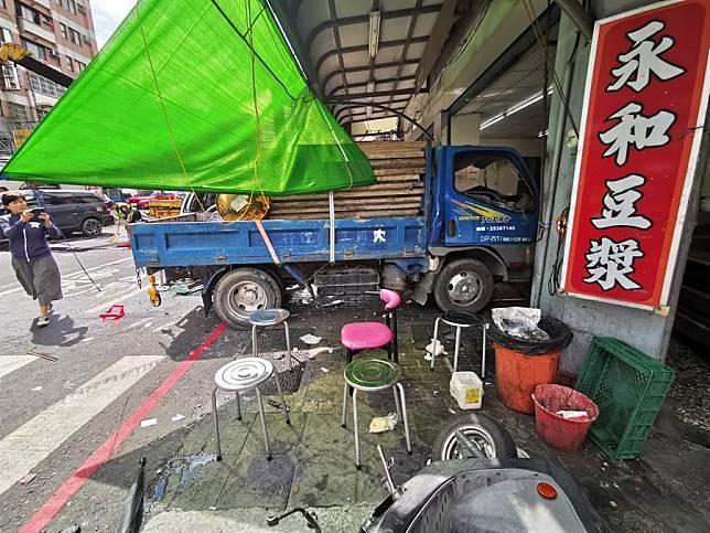 擦撞休旅車員林市區豆漿店遭小貨車衝撞共10人傷