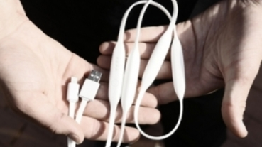 充電線內建 1800mAh 電池,出門只帶一條線也能隨時替手機充電