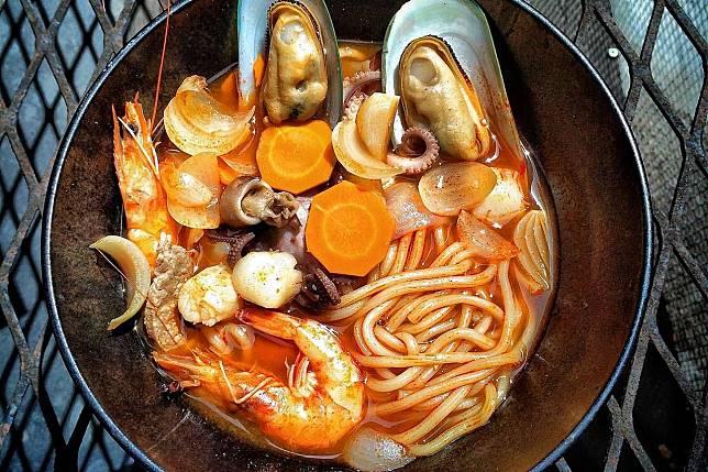 Coba Buat Jjampong Yuk Mie Seafood Pedas Khas Korea Selatan