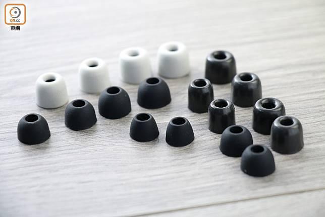 配件包括多對密度不同的耳棉及矽膠耳塞。(胡振文攝)