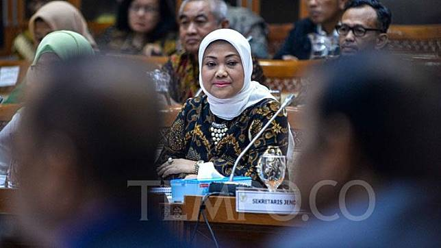 Manpower Minister Ida Fauziyah participates in a work meeting with the House's Commission IX at the Parliament Complex in Senayan, Jakarta, Monday, November 4, 2019. TEMPO/Tony Hartawan