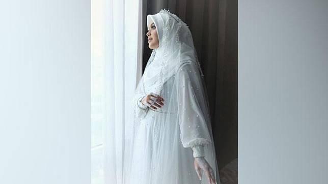 Cerita di Balik Gaun Pengantin Vebby Palwinta, Dibuat H-5   Tempo.co   LINE  TODAY