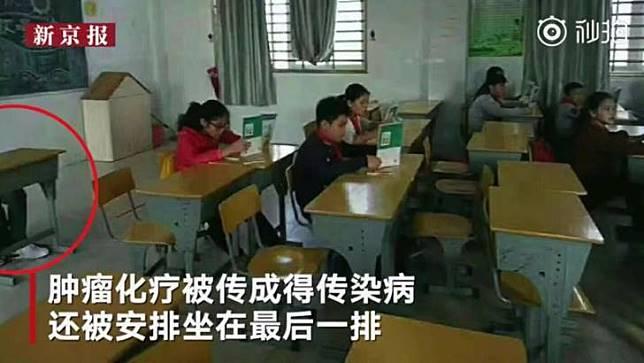Posisi duduknya dipisahkan dengan anak lainnya. Image via Shanghaiist
