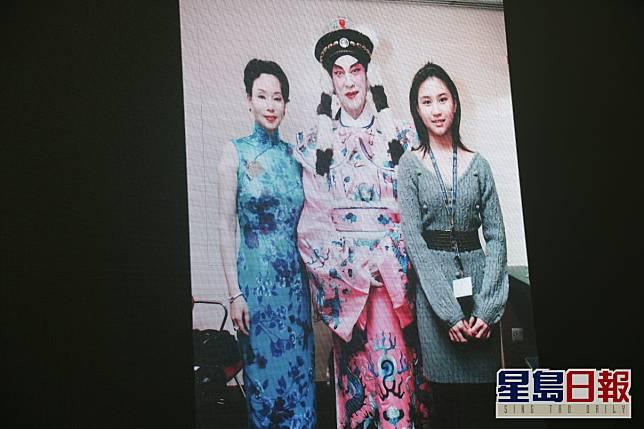 化上大戲裝的賭王跟三太陳婉珍及超蓮合照。