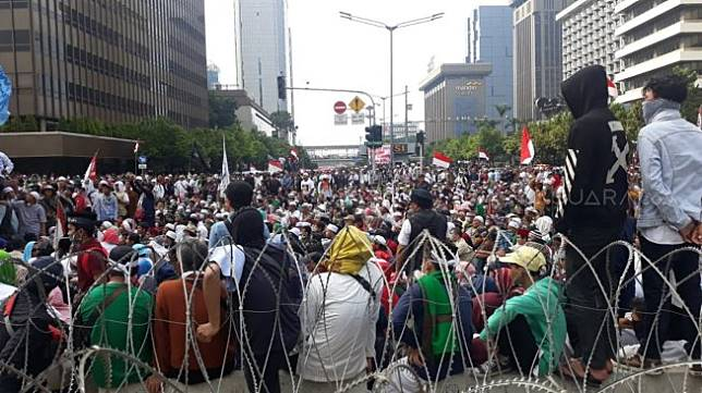 Aksi Gerakan Nasional Kedaulatan Rakyat, yang berkerumun di sekitar kantor Bawaslu RI, Rabu (22/5/2019). [Suara.com/Novian Ardiansyah]